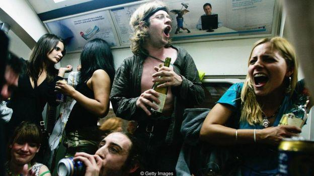 Jovens bebendo no metrô