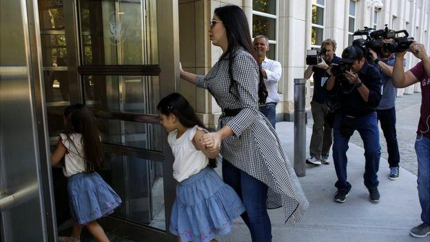 La esposa del Chapo llega a una audiencia en Nueva York.