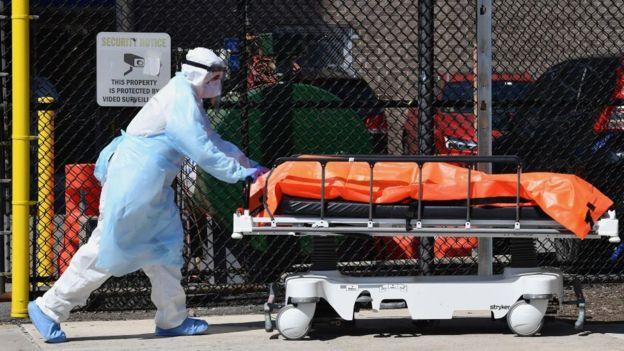 Equipo médico trasladando un cuerpo en Brooklyn, Nueva York.