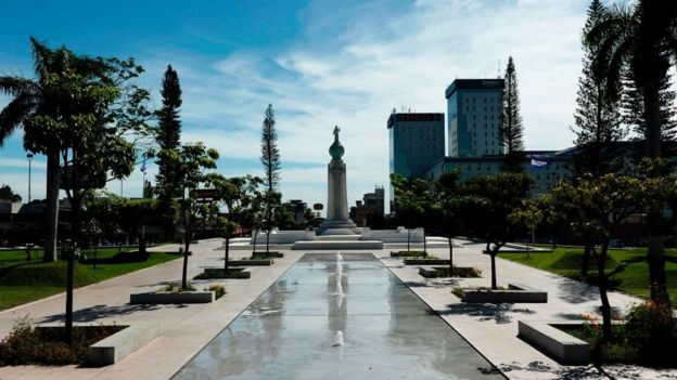 El monumento a el Salvador del Mundo en San Salvador.