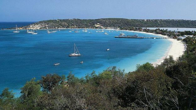 Una playa en Anguila, Antillas Menores, Territorio Británico de Ultramar.