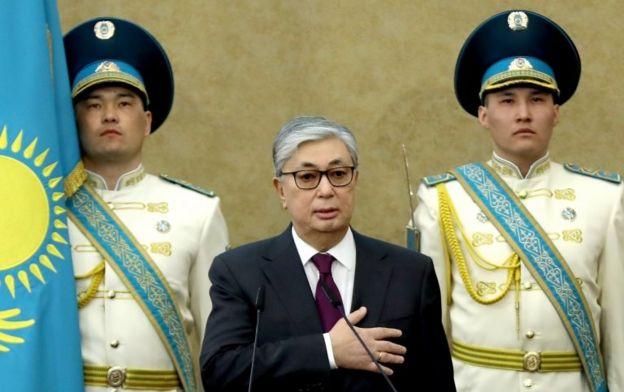 Tokayev, devlet başkanlığı yeminini ederken