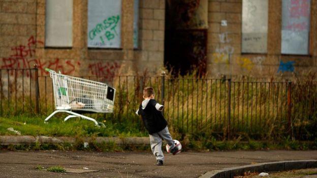 طفل يلعب في الشارع