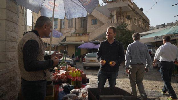Maoz talks to a Nazareth stallholder