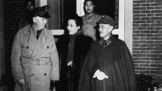 চাং কাই শেক ও তার স্ত্রীর সাথে জেনারেল মার্শাল, বেইজিং, ১৯৪৬