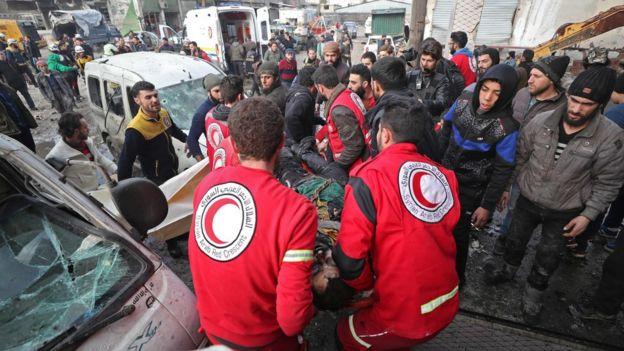 طاقم طبي ينقل مصابين في إدلب