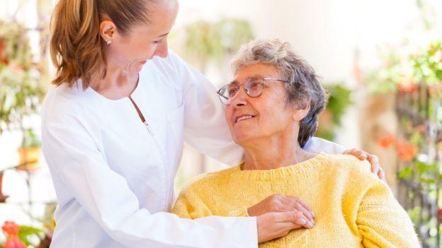 Mujer joven consolando a mujer mayor