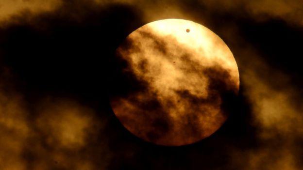 Venus pasando por delante del sol.
