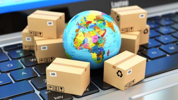 Globo terrestre rodeado por caixas