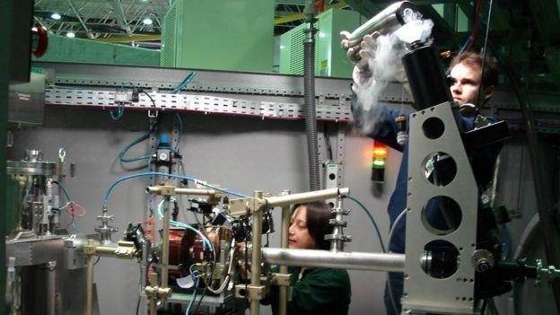 Narcizo Neto fazendo experimento em baixas temperaturas