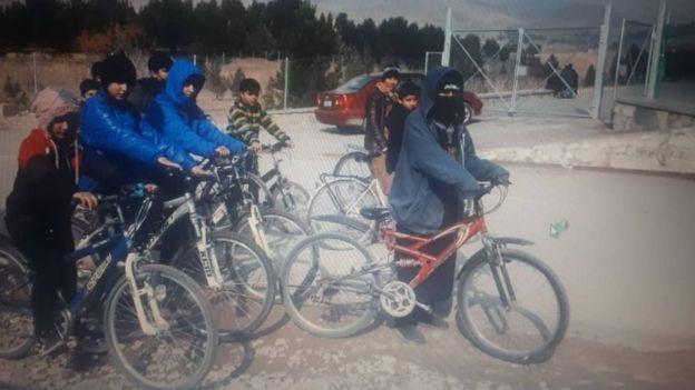 Sahba Barakzai com um grupo de crianças durante um passeio de bicicleta