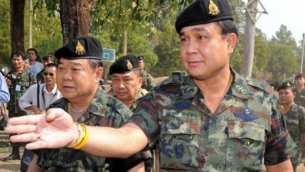 พล.อ.ประยุทธ์ จันทร์โอชา ผู้บัญชาการทหารบกในขณะนั้น และ พล.อ.ประวิตร วงษ์สุวรรณ รมว.กลาโหม เมื่อปี 2554 ระหว่างเกิดความขัดแย้งบริเวณชายแดนไทย-กัมพูชา