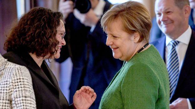 A atual presidente do Partido Social Democrata (PSD) da Alemanha, Andrea Nahles, e a chanceler Angela Merkel
