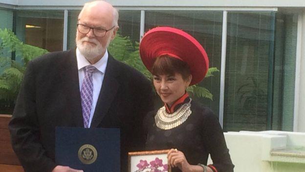 Jenny Đỗ khi được tuyên dương lần thứ 2 là Trailblazer Award Recipient - California Woman of The Year 2016 (Khu 15). Bên trái là Thượng Nghị Sĩ California Jim Beall