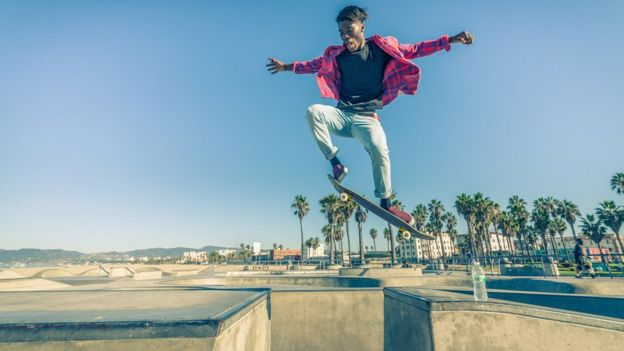 Un muchacho monta patineta en California