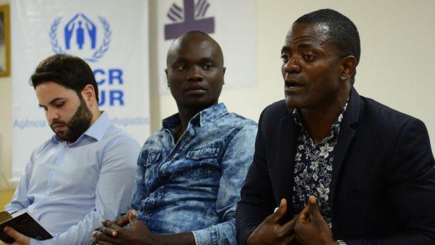 Sírio Abdulbaset Jarour, congolês Prosper Dinhanha Sikabaka e angolano Raul Mandela Lindo, em oficina da Acnur e Cáritas em SP em 2017