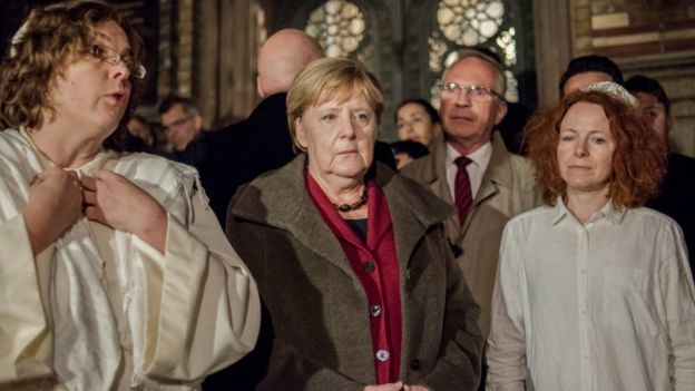 Almanya Başbakanı Angela Merkel, Berlin'in merkez sinagogunda kurbanlar için yapılan anma törenine katıldı.