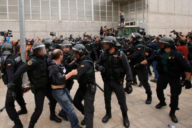 İspanya polisi, referandum sırasında Katalanlara sert bir şekilde müdahale etmişti