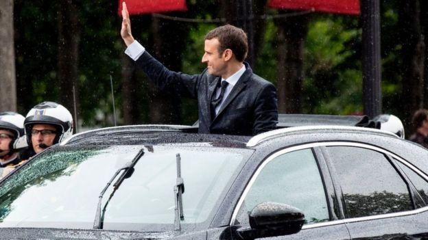 Emmanuel Macron en su auto.