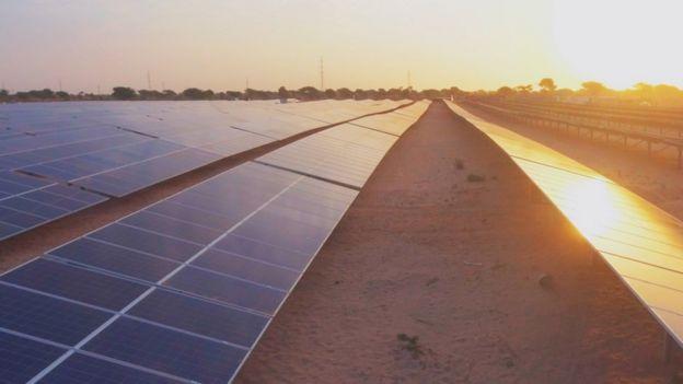 A Santhiou Mekhe, à environ 130 km de la capitale sénégalaise, 92 milles panneaux solaires sont sortis de terre.