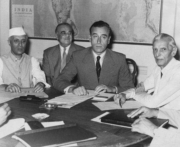 भारतका जवाहरलाल नेहरु(बायाँ), ब्रिटिश इन्डियाका भाइसरोय लर्ड लुई माउन्टब्याटेन (बीचमा) र अल इन्डिया मुस्लिम लीगका अध्यक्ष महुम्मद अलि जिन्नाह(दायाँ) सन् १९४७ मा विभाजनबारे कुरा गर्दै