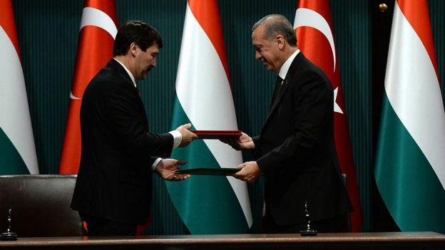 Macaristan Cumhurbaşkanı Janos Ader (solda) ve Erdoğan