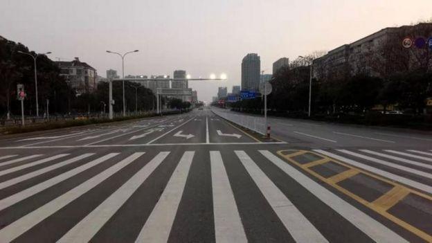 Rua vazia em Wuhan