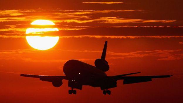 Коммерческий авиалайнер заходит на посадку в Майми, 2004 г.
