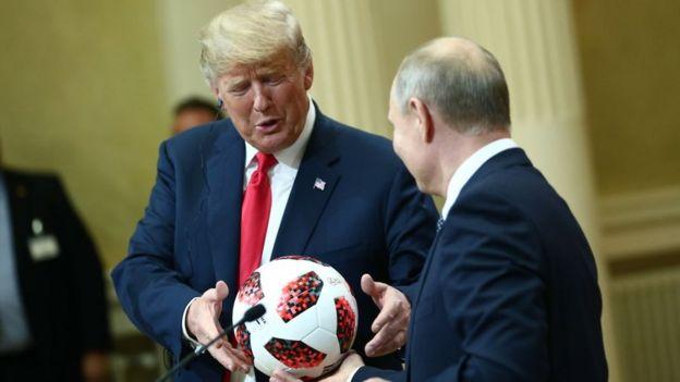 Trump Putin'i Dünya Kupası'na ev sahipliği yapmadaki başarısı için tebrik etti, Putin ise 'Top artık sizde' sözleriyle Trump'a futbol topu hediye etti