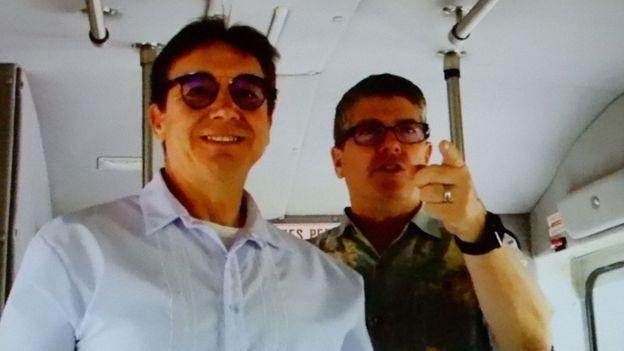 Thượng sĩ Hải quân Henry, bên trái, từng đón tiếp người Việt tị nạn đến Guam năm 1975 và cựu Phó Đề đốc Frank Thorp hướng dẫn đoàn người Mỹ gốc Việt thăm những nơi từng là trại tị nạn