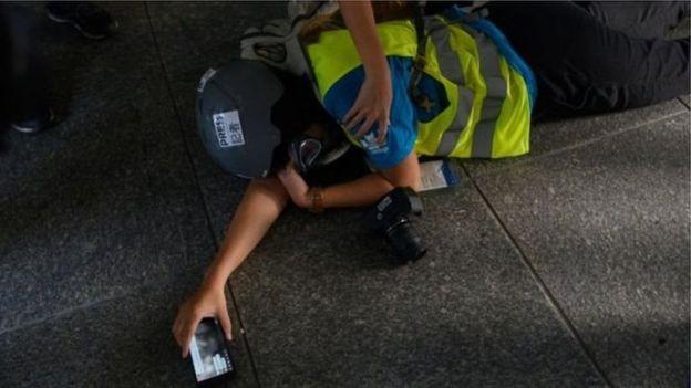 Một nhà báo bị tấn công trong một cuộc đụng độ giữa người biểu tình và cảnh sát ở Hong Kong hôm 29/9