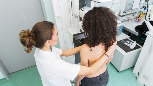 Una doctora haciéndole una prueba a una mujer