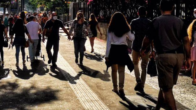 Pessoas andando na av Paulista