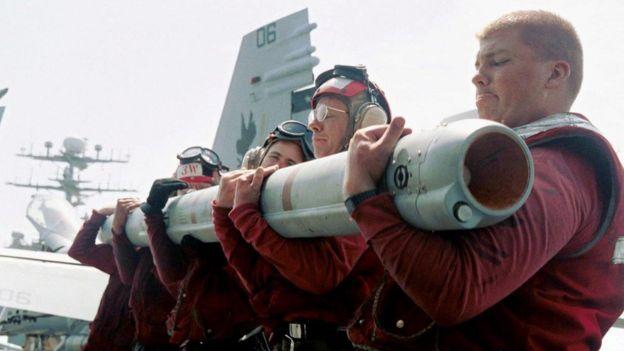 Trên khoang tàu USS Carl Vinson: thủy quân Hoa Kỳ gắn hỏa tiễn cho phi cơ