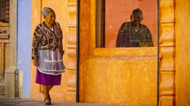 Mulher caminhando na Guatemala