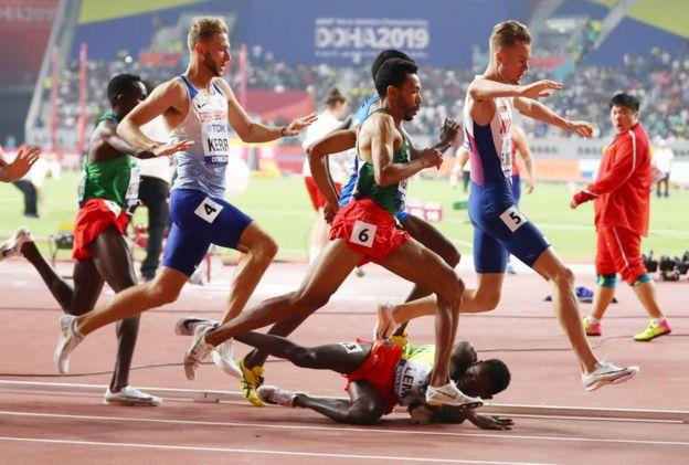 Doha : bousculé, un athlète éthiopien gagne sa place en demi