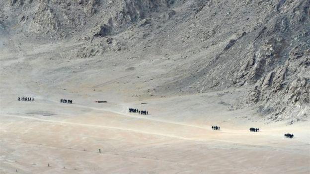 Soldados indios caminan a los pies de una cadena montañosa cerca de Leh, la capital del territorio de Ladakh, el 25 de junio de 2020.