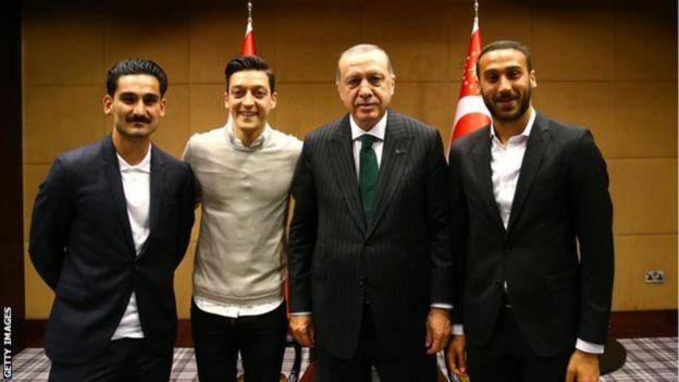 Ilkay Gundogan, Mesut Ozil dan Cenk Tosun berfoto dengan Presiden Erdogan.