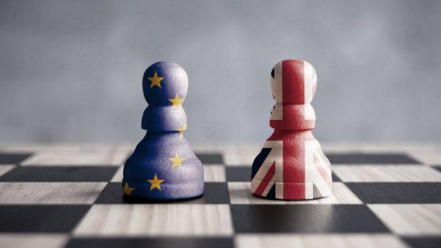 Peones del juego de ajedrez entre Reino Unido y la Unión Europea