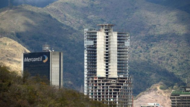 Derechos de autor de la imagen GETTY IMAGES Image caption En el centro de Caracas son muchos los edificios que han sido ocupados. El caso más emblemático es el de la Torre de David, cuyos 45 pisos fueron en su mayoría ocupados por familias de bajos recursos.