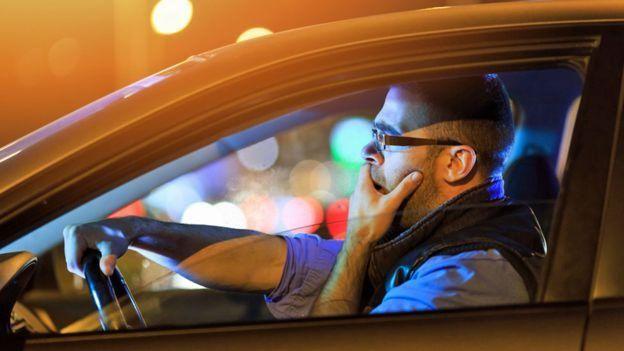رجل يقود سيارة