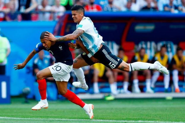 Rojo cae encima de Mbappé. Penalti.