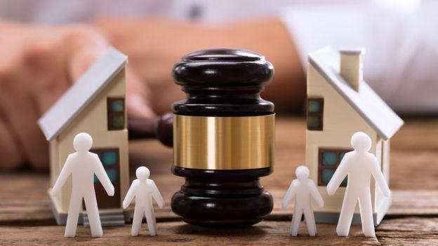 Imagem de uma casa partida ao meio, simbolizando conflitos legais entre pessoas da mesma família