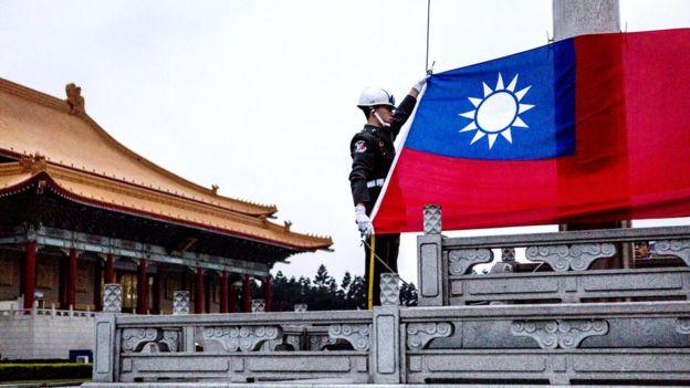 台湾中正纪念堂前两名宪兵升旗(资料图片)