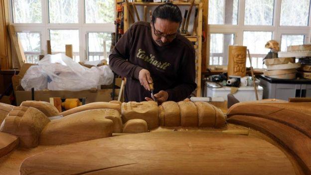 O artista indígena Keith Wolfe Smarch