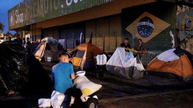 Inmigrantes venezuelanos acampados