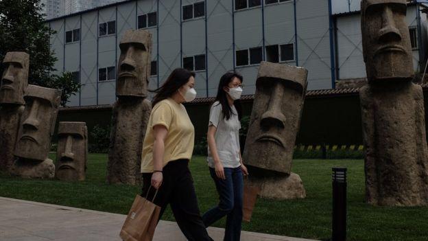 Warga China berjalan di Beijing, virus cona, Covid-19