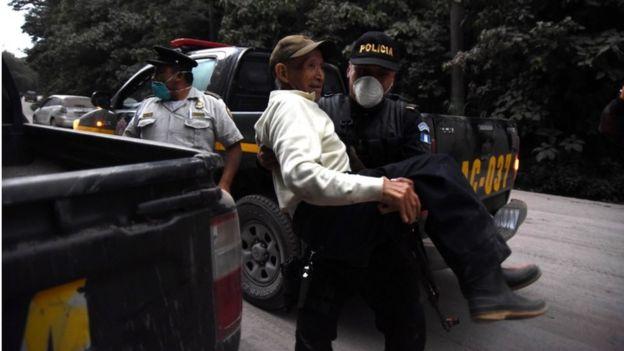 警察が高齢者の避難を助けた(3日、グアテマラ・アロテナンゴ)