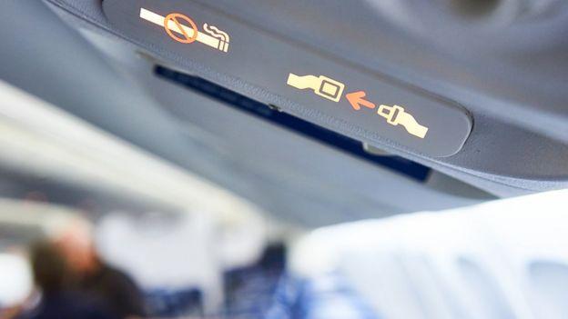 Señal de abrocharse el cinturón en el avión.