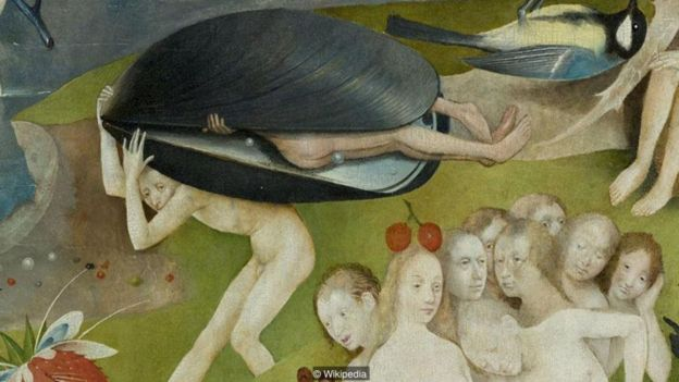 Escena de personas sobresaliendo de la concha de un mejillón.